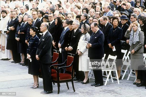 Pope John Paul II's apostolic journey to France Holy mass at the Notre Dame cathedral in Paris on May 31st 1980 Pictured people gathered on the...