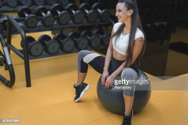 Poratait lächelnde Frau in einem Fitnessstudio