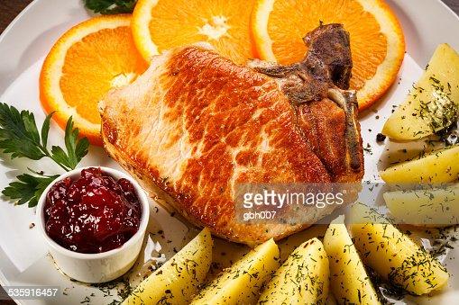 Chuletas de cerdo, las verduras y las papas hervido : Foto de stock