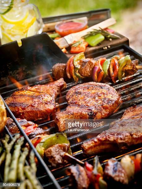Schweinekoteletts mit Kabobs auf dem BBQ-Grill