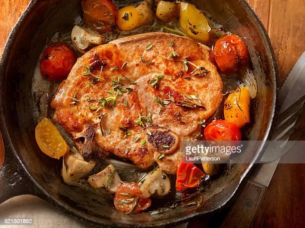 Schweinefleisch Lende Koteletts mit Tomaten und Pilzen