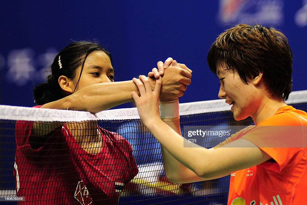 Porntip Buranaprasertsuk (L) of Thailand congratulates Liu Xin of China during the women's singles final match of the 2013 China Masters in Changzhou, east China's Jiangsu province on September 15, 2013. Liu won 21-4, 13-21, 21-12. CHINA