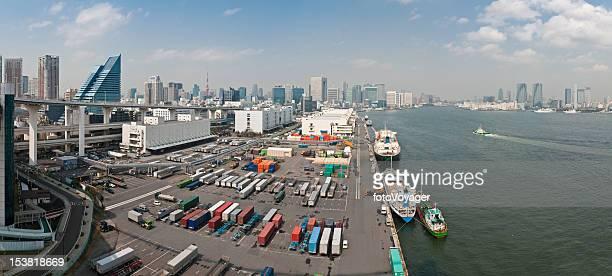 東京港コンテイナー出荷ドックのウォーターフロントの高層ビルのパノラマ日本