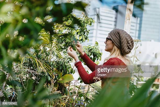 Portait di beauiful donna con fiori in giardino sul tetto