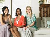 Portait de três mulheres sentado no sofá