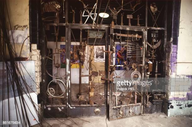 Porte d'entrée de l'immeuble abritant le squatt de Tacheles occupé par des artistes en septembre 1991 à Berlin Allemagne
