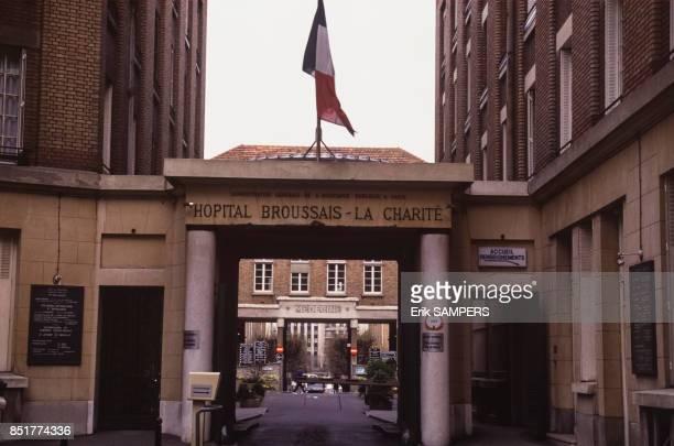 Porte d'entrée surmontée d'un drapeau français à l'hôpital Broussais le 19 mars 1992 à Paris France