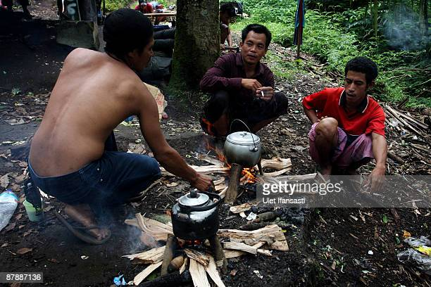 Porters cook for tourists who want to witness the spectacular of Mount Rinjani also known as Gunung Rinjani on May 19 2009 in Lombok West Nusa...