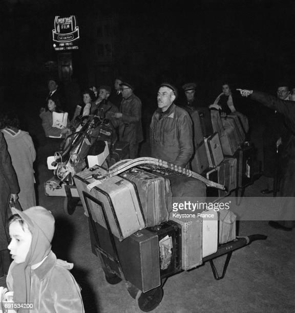 Porteurs de valises pendant les départs en vacances d'hiver à la gare de Lyon à Paris France circa 1950