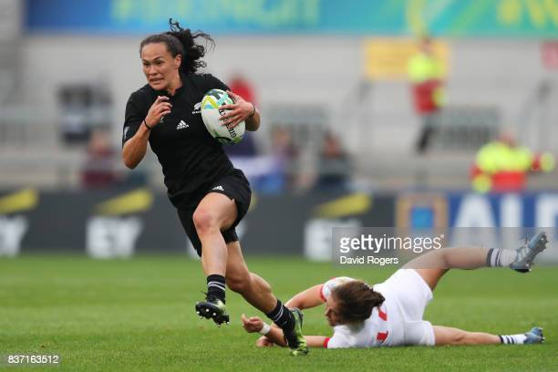 Portia Woodman of New Zealand evades the tackle from Kimber Rozier of the United States enroute to scoring her team's second try during the Women's...