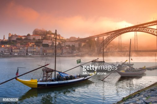 Porto, River Douro and Porto Carrying Barcos : Stock Photo