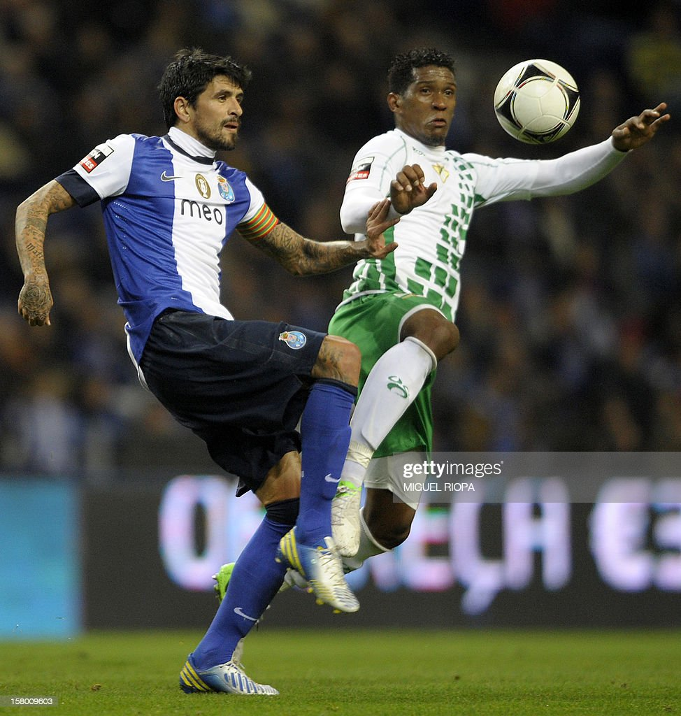 Porto's Argentinian midfielder Lucho Gonzales (L) vies with Moreirense's Brazilian midfielder Julio Cesar during the Portuguese league football match FC Porto vs Moreirense at the Dragao Stadium in Porto on December 8, 2012. AFP PHOTO/ MIGUEL RIOPA