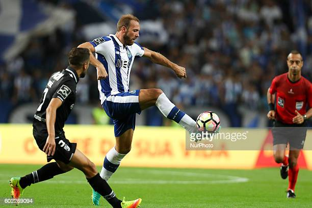 Porto's Belgian forward Laurent Depoitre in action with Vitoria SC's Portuguese defender Josue Sa during the Premier League 2016/17 match between FC...