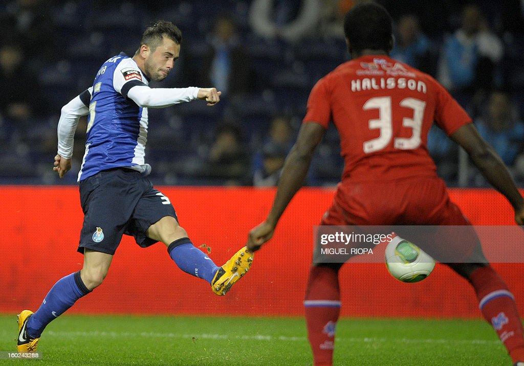 Porto's Belgian midfielder Steven Defour (L) scores near to Gil Vicente's Brazilian defender Halisson (R) during the Portuguese league football match FC Porto vs Gil Vicente at the Dragao Stadium in Porto on January 28, 2013.