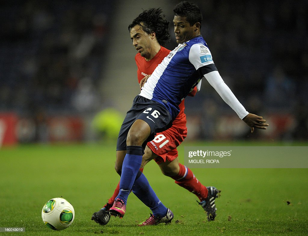Porto's Brazilian defender Alex Sandro (front) vies with Gil Vicente's forward Paulo Jorge during the Portuguese league football match FC Porto vs Gil Vicente at the Dragao Stadium in Porto on January 28, 2013.