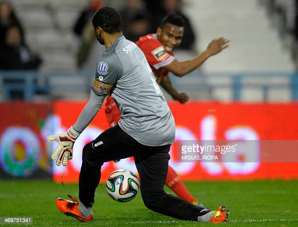 Porto's Brazilian goalkeeper Helton Aruda stops the ball kicked by Gil Vicente's Cape Verdean forward Brito during the Portuguese league football...
