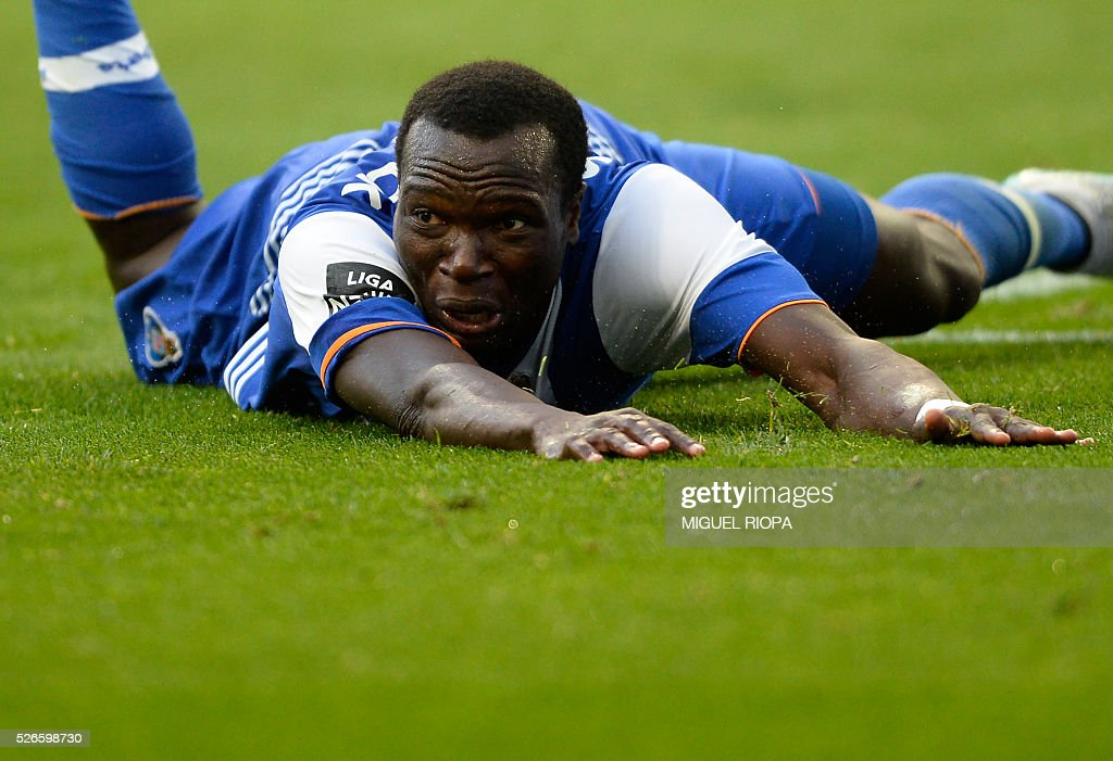 Porto's Cameroonian forward Vincent Aboubakar falls on the pitch during the Portuguese league football match FC Porto vs Sporting CP at the Dragao stadium in Porto on April 30, 2016. Sporting won the match 3-1. / AFP / MIGUEL