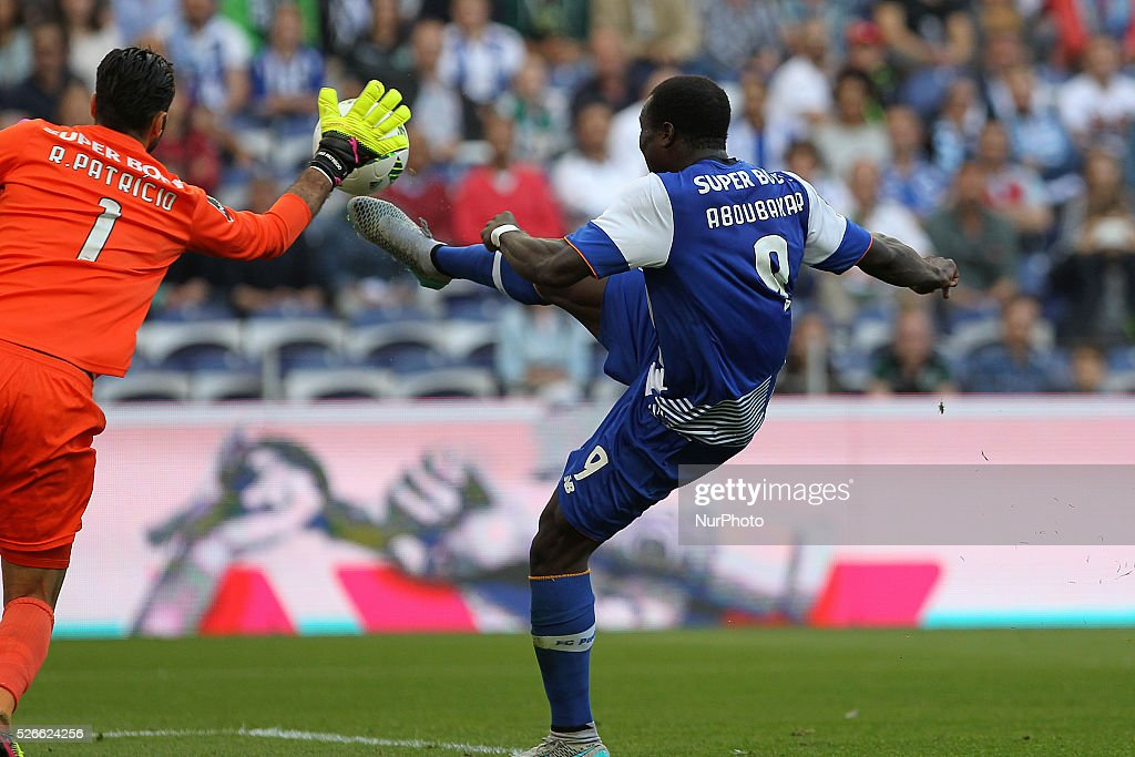 Porto's Cameroonian forward Vincent Aboubakar (R) in action with Sporting's Portuguese goalkeeper Rui Patr��cio (L) during the Premier League 2015/16 match between FC Porto and Sporting CP, at Drag��o Stadium in Porto on April 30, 2016.