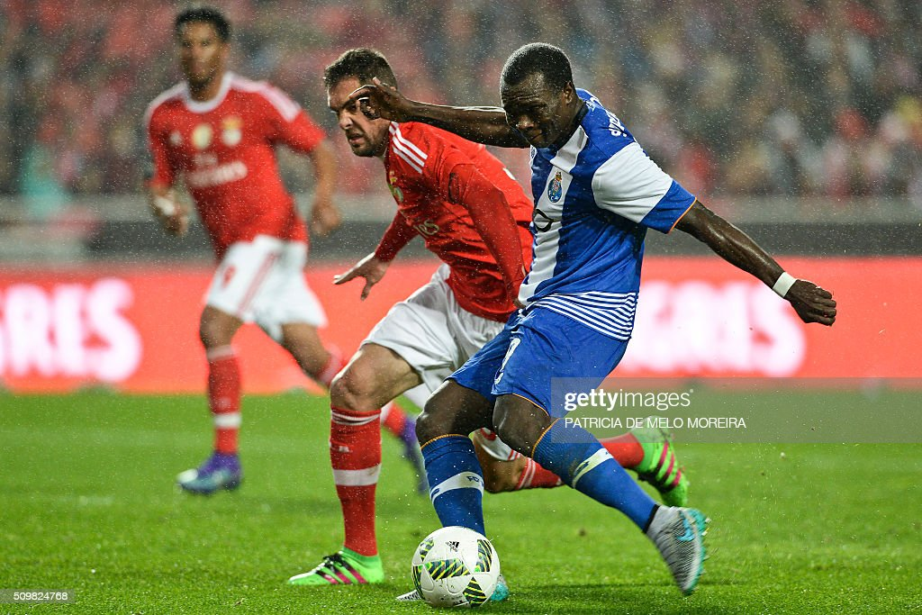 Porto's Cameroonian forward Vincent Aboubakar (R) vies with Benfica's Brazilian defender Jardel Vieira (L) during the Portuguese league football match SL Benfica vs FC Porto at the Luz stadium in Lisbon on February 12, 2016. / AFP / PATRICIA DE MELO MOREIRA