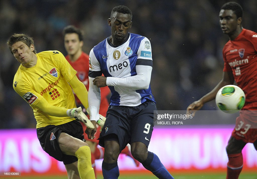 Porto's Colombian forward Jackson Martinez (C) vies with Gil Vicente's Brazilian goalkeeper Adriano Facchini (L) during the Portuguese league football match FC Porto vs Gil Vicente at the Dragao Stadium in Porto on January 28, 2013.