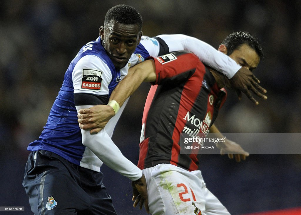 Porto's Colombian forward Jackson Martinez (L) vies with Olhanense's defender Luis Filipe during the Portuguese first league football match FC Porto vs Olhanense at the Dragao stadium in Porto, on February 10, 2013. AFP PHOTO/ MIGUEL RIOPA