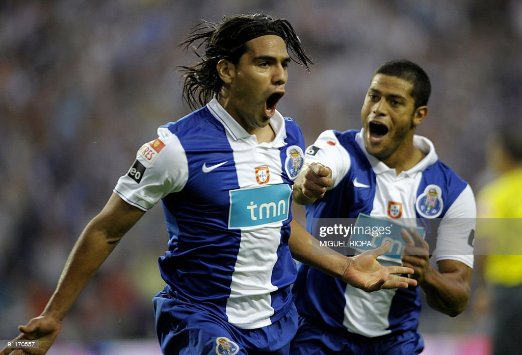 FC Porto's colombian Radamel Falcao (L) : News Photo