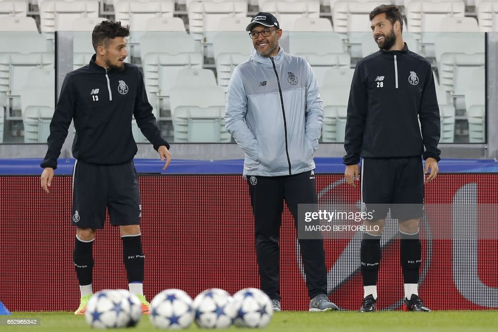 Porto's defender Alex Telles from Brazil (L) and Porto's defender Felipe from Brazil speak with Porto's coach Nuno Espirito Santo from Portugal during a training session on the eve of the UEFA Champions League football match Juventus Vs FC Porto on March 13, 2017 at the 'Juventus Stadium' in Turin. / AFP PHOTO / Marco BERTORELLO