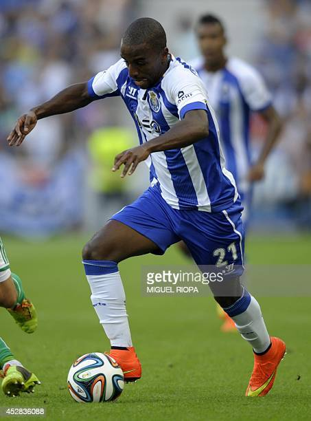 Porto's forward Ricardo controls the ball during the friendly football match FC Porto vs AS Saint Etienne at the Dragao stadium in Porto on July 27...