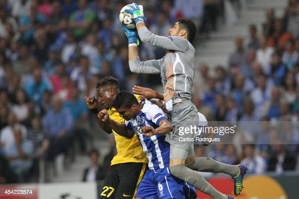 Porto's goalkeeper Fabiano leaps over Lille's forward Divock Origi and Porto's midfielder Casemiro for the ball during the football match between FC...