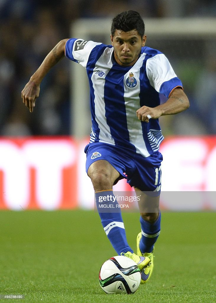 Porto's Mexican forward Jesus Corona runs for the ball during the Portuguese league football match FC Porto v SC Braga at the Dragao stadium in Porto on October 25, 2015. The match ended 0-0 in a draw. AFP PHOTO / MIGUEL RIOPA