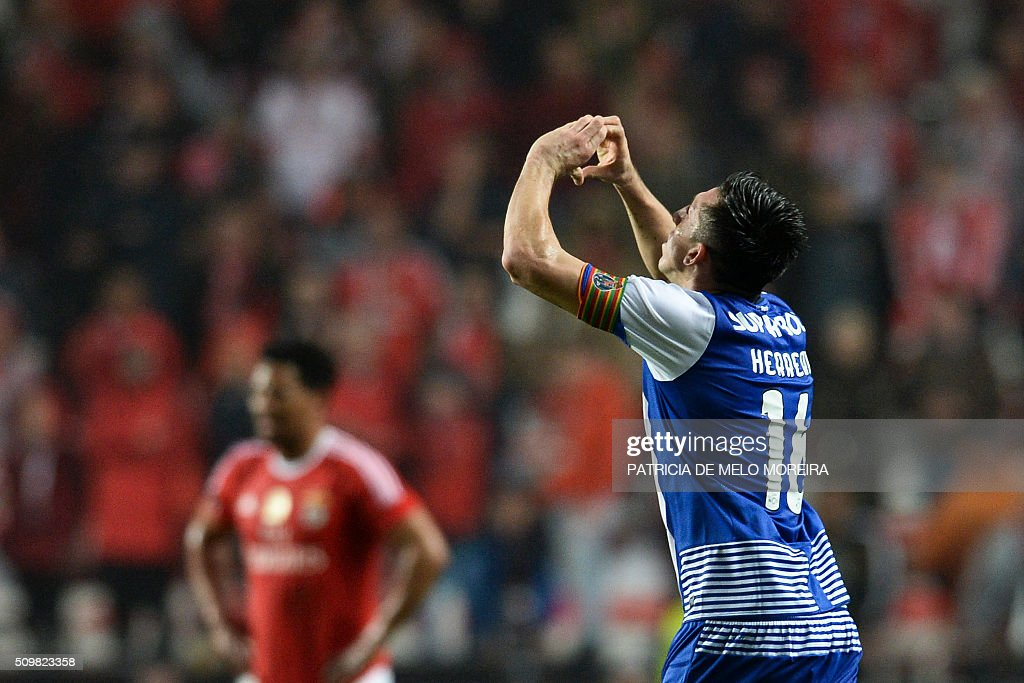 Porto's Mexican midfielder Hector Herrera celebrates a goal during the Portuguese league football match SL Benfica vs FC Porto at the Luz stadium in Lisbon on February 12, 2016. / AFP / PATRICIA DE MELO MOREIRA