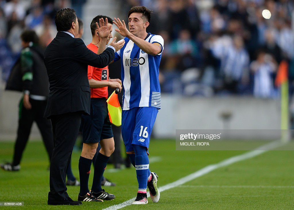 Porto's Mexican midfielder Hector Herrera (R) celebrates a goal with coach Jose Peseiro during the Portuguese league football match FC Porto vs Sporting CP at the Dragao stadium in Porto on April 30, 2016. / AFP / MIGUEL