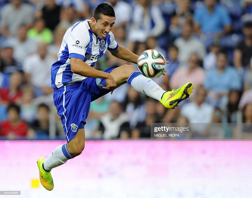 Porto's Mexican midfielder Hector Herrera controls the ball during the Portuguese league football match FC Porto vs Moreirense at the Dragao Stadium in Porto, on August 31, 2014. Porto won the match 3-0.