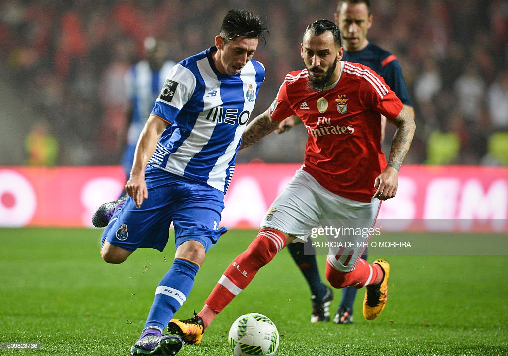 Porto's Mexican midfielder Hector Herrera (L) vies with Benfica's Greek forward Konstantinos Mitroglou during the Portuguese league football match SL Benfica vs FC Porto at the Luz stadium in Lisbon on February 12, 2016. / AFP / PATRICIA DE MELO MOREIRA
