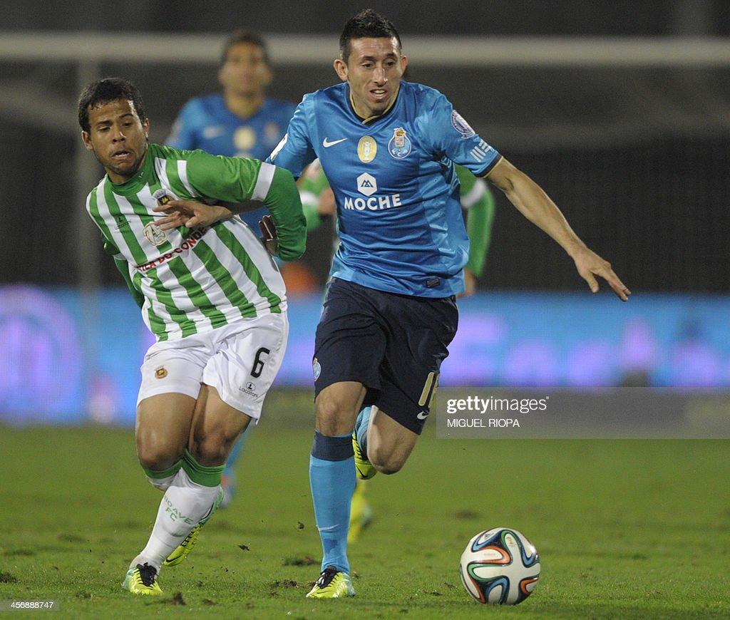 Porto s Mexican midfielder Hector Herrera R vies with Rio Ave s