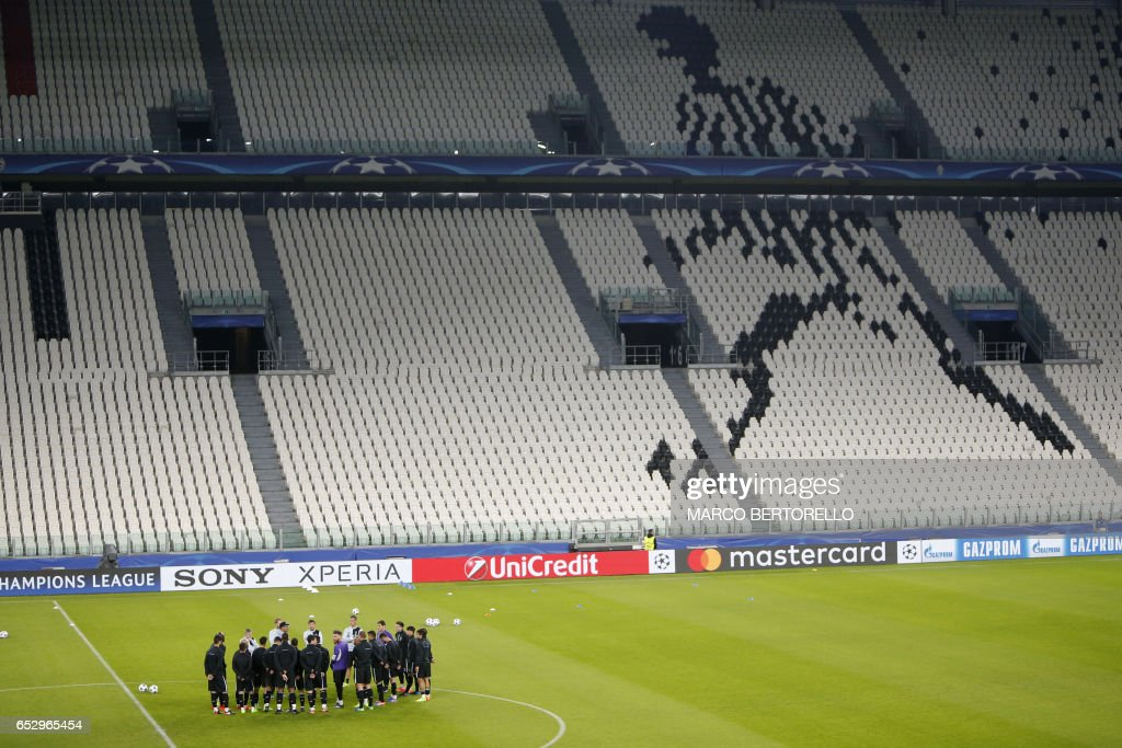 Porto's players take part in a training session on the eve of the UEFA Champions League football match Juventus Vs FC Porto on March 13, 2017 at the 'Juventus Stadium' in Turin. / AFP PHOTO / Marco BERTORELLO