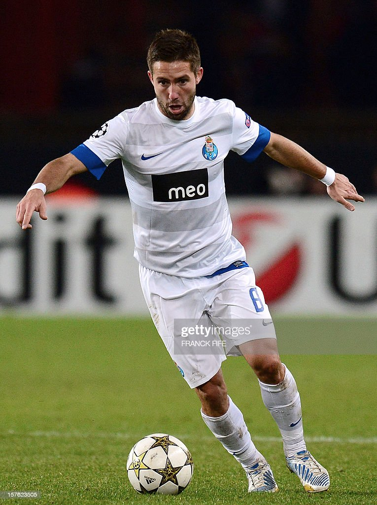 Porto's Portuguese midfielder Joao Moutinho controls the ball during the UEFA Champions League Group A football match Paris Saint-Germain vs Porto on December 4, 2012 at the Parc des Princes stadium in Paris. Paris won 2-1. AFP PHOTO / FRANCK FIFE