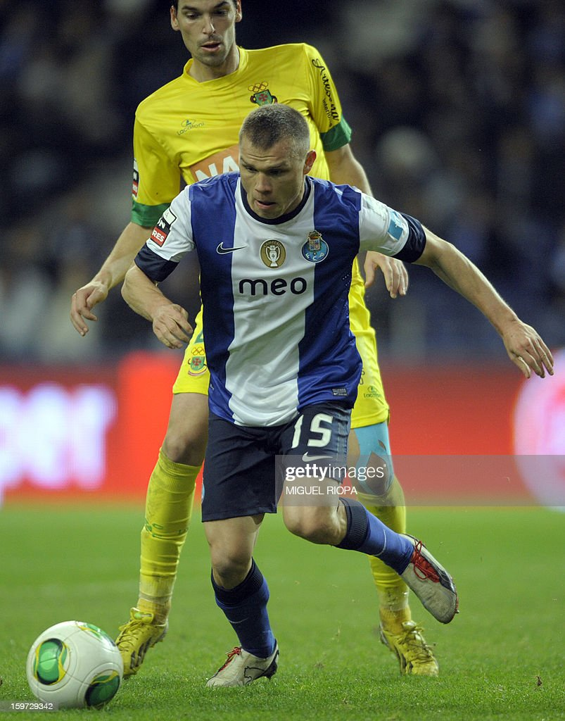 Porto's Russian midfielder Marat Izmaylov (R) controls the ball next to Pacos Ferreira's midfielder Andre Leao to score a goal during the Portuguese league football match FC Porto vs Pacos Ferreira at the Dragao stadium in Porto on January 19, 2013. Porto won the match 2-0.