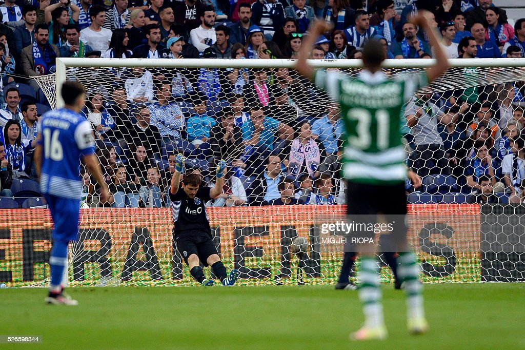 Porto's Spanish goalkeeper Iker Casillas (C) grabs the goal's net after Sporting CP's 3rd goal during the Portuguese league football match FC Porto vs Sporting CP at the Dragao stadium in Porto on April 30, 2016. Sporting won the match 3-1. / AFP / MIGUEL