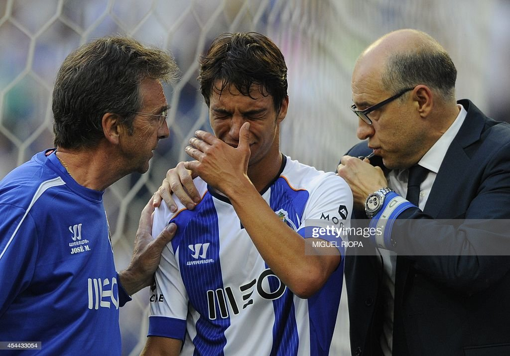 Porto's Spanish midfielder Oliver Torres (C) leaves the pitch after an injury to his right arm during the Portuguese league football match FC Porto vs Moreirense at the Dragao Stadium in Porto, on August 31, 2014.
