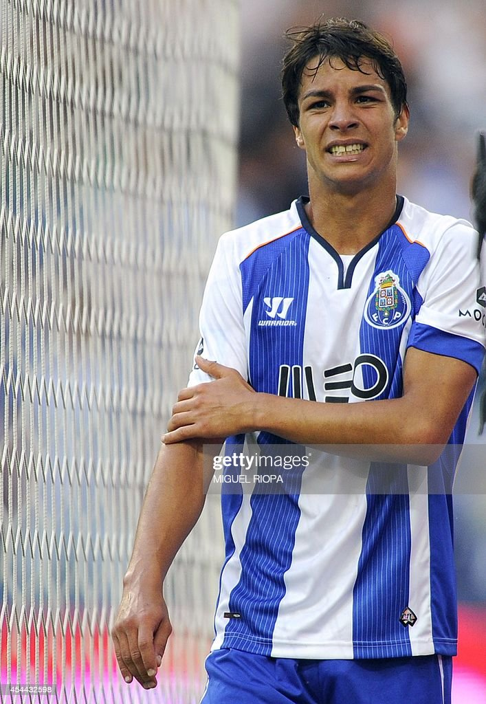 Porto's Spanish midfielder Oliver Torres leaves the pitch with an injured right arm during the Portuguese league football match FC Porto vs Moreirense at the Dragao Stadium in Porto, on August 31, 2014.
