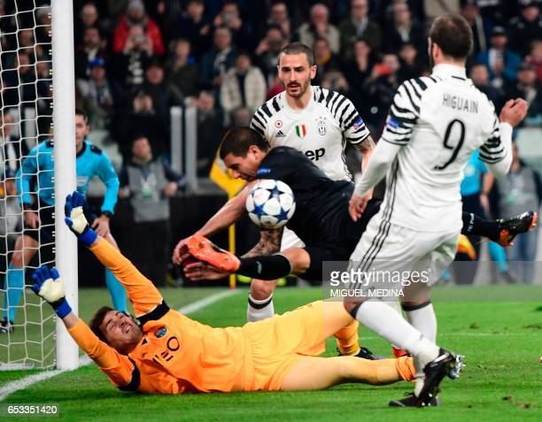 Porto's Uruguayan defender Maxi Pereira deflects the ball as Juventus' forward from Argentina Gonzalo Higuain tries to scores against Porto's Spanish...