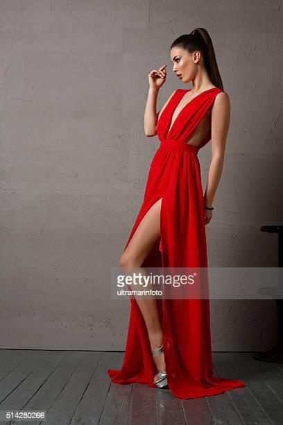 Portrait de la belle jeune femme habillée élégante portant une robe rouge
