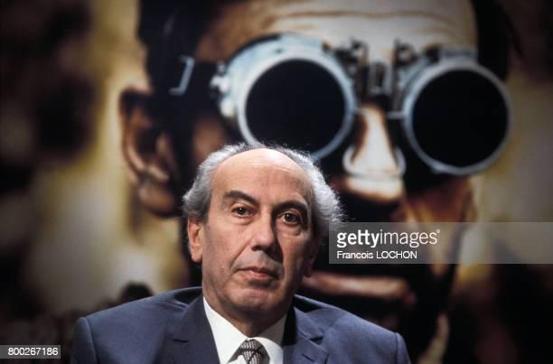Portrait d'Artur London dissident tchèque et écrivain devant une affiche du film 'L'Aveu' inspiré de son livre en décembre 1976 à Paris France