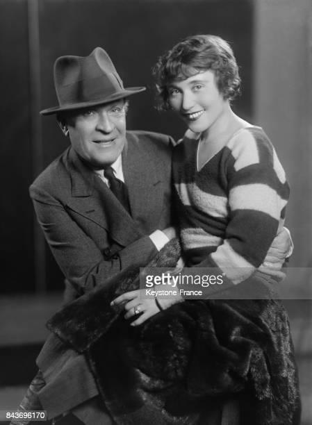 Portrait de Dranem et de sa femme Suzette O'Nil assise sur ses genoux à Paris France circa 1928