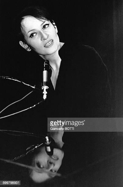 Portrait de la chanteuse française Barbara dans le musichall 'Bobino' à Paris en France en 1966