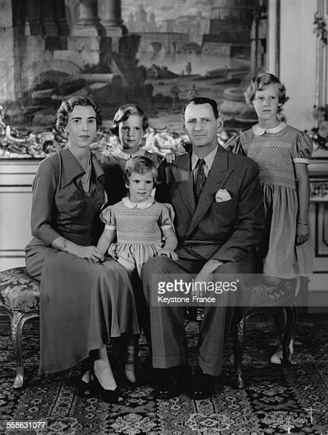 Portrait de la famille royale danoise avec la Reine Ingrid le Roi Frederik la Princesse AnneMarie la Princesse Benedikte et la Princesse Margrethe en...