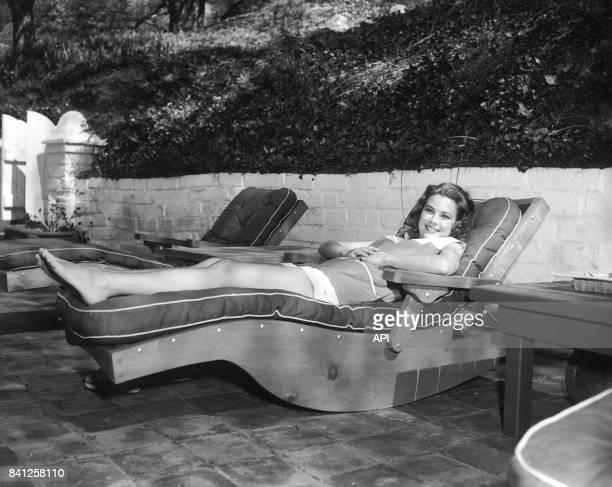 Portrait de l'actrice Grace Kelly allongée sur un transat en 1954