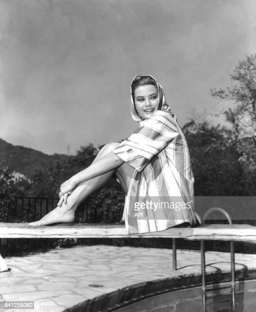 Portrait de l'actrice Grace Kelly assise sur un plongeoir en 1954