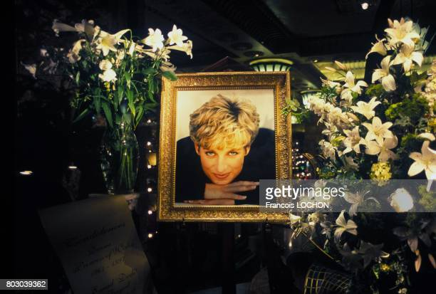 Portrait de Lady Diana exposé dans la vitrine du magasin Harrod's quelques semaines après son décès le 30 septembre 1997 à Londres RoyaumeUni